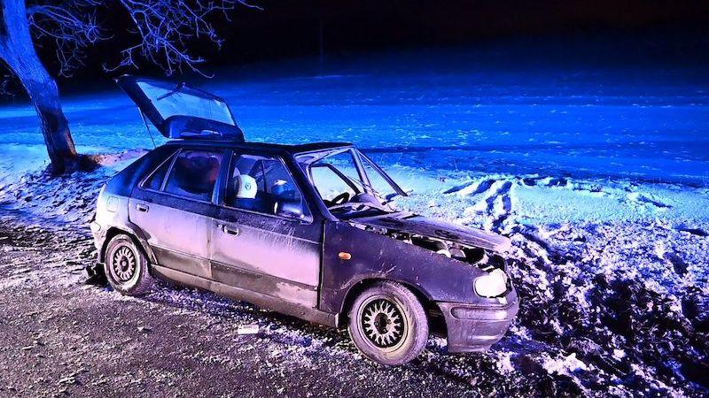 Čelní srážka aut na Berounsku si vyžádala tři zraněné
