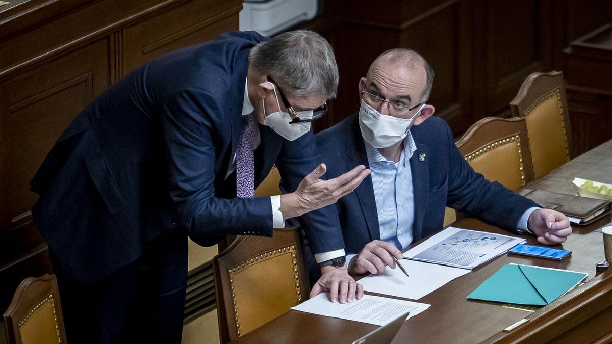 Babiš kritizuje Blatného úřad, podle premiéra blokuje zahraniční léky na covid