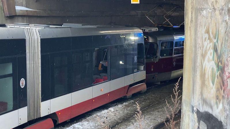 V Praze se srazily tramvaje, tři zranění