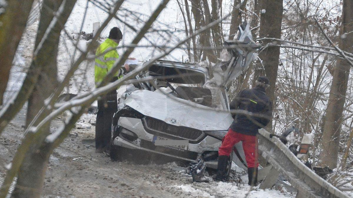Při střetu osobního a nákladního auta na Plzeňsku se vážně zranil mladý policista