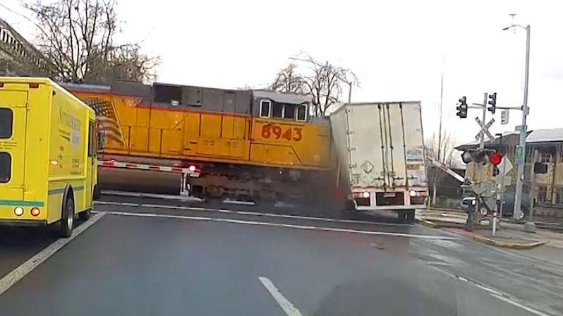 Řidič kamionu vjel na blikající přejezd. Srážku s vlakem zachytila kamera