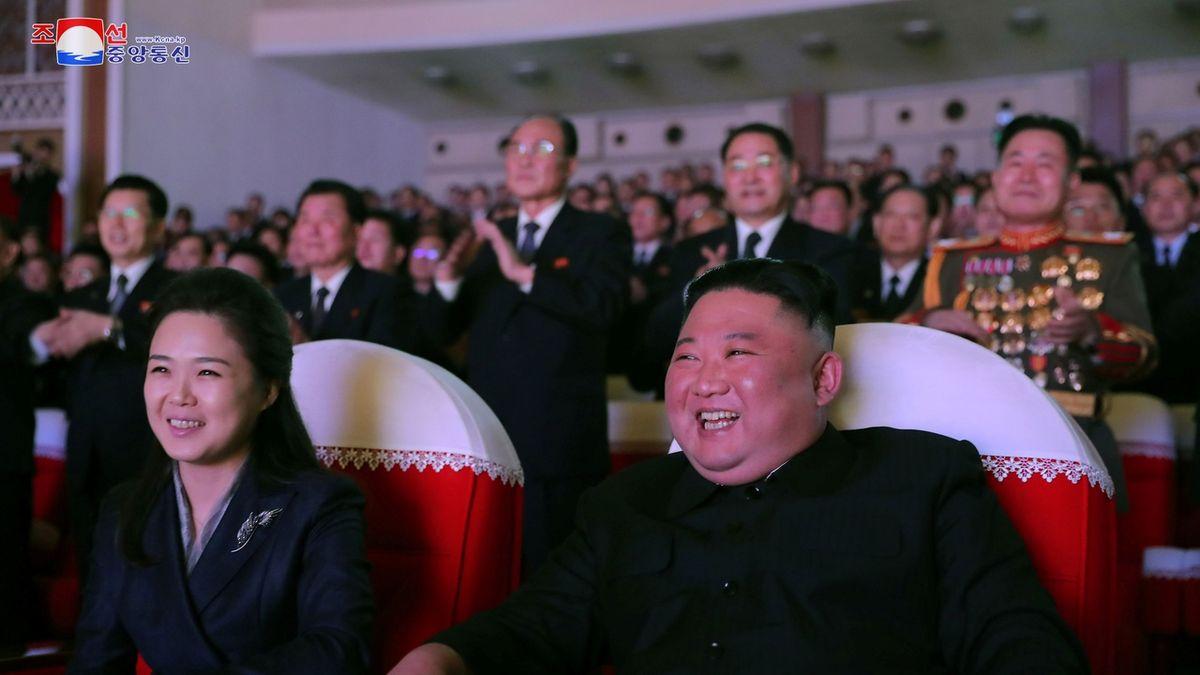 Kimova žena žije, po roce se objevila na veřejnosti a smála se