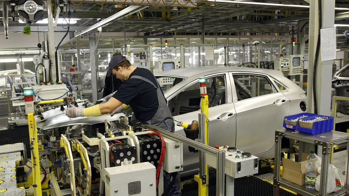 Výroba aut v lednu klesla o 12 procent