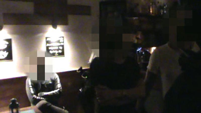 Zatažené závěsy, zamčeno a plné popelníky. Podle strážníků bar s šesti lidmi v Praze otevřel