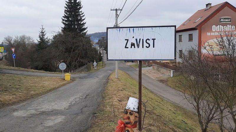 Šest minut od cedule k ceduli. V nejmenší obci Česka se moc neprojdou