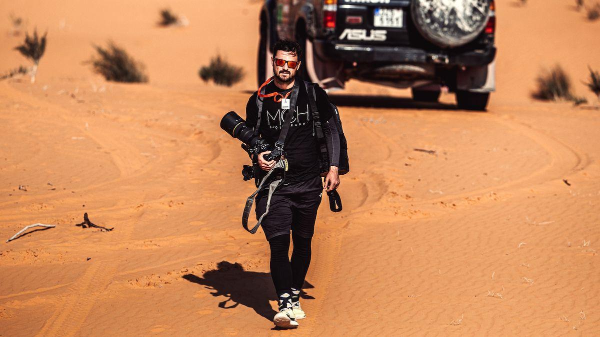 Jeho fotky hltají největší hvězdy slavného závodu. Český fotograf už je v poušti jako doma