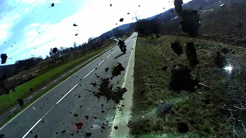 Hazardující motorkář na Vsetínsku vytlačil ze silnice náklaďák, zachytila to kamera