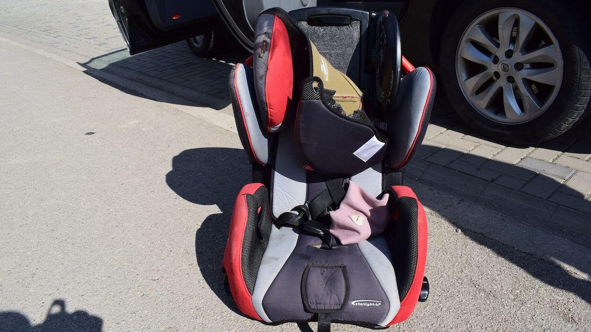Dvouleté dítě vypadlo v zatáčce u Trnavy z auta i s autosedačkou