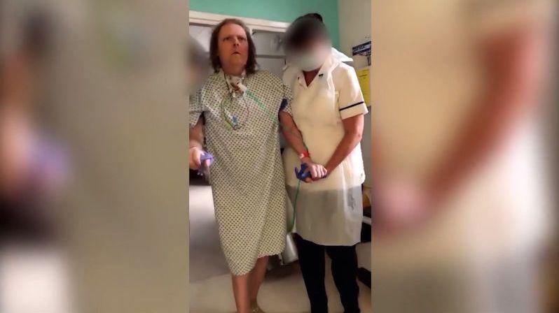 Britský učitel bojuje s covidem už rok. Poničil mu plíce, ledviny i žaludek