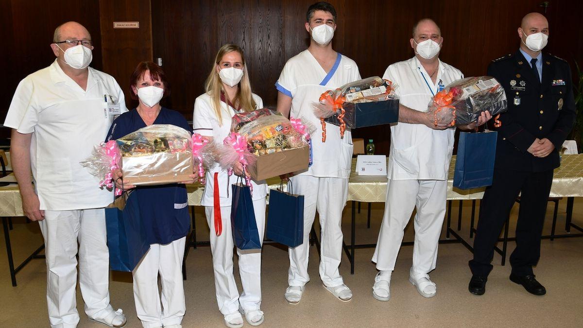 Zdravotníci v Krnově obklíčili a přemohli zloděje s nožem
