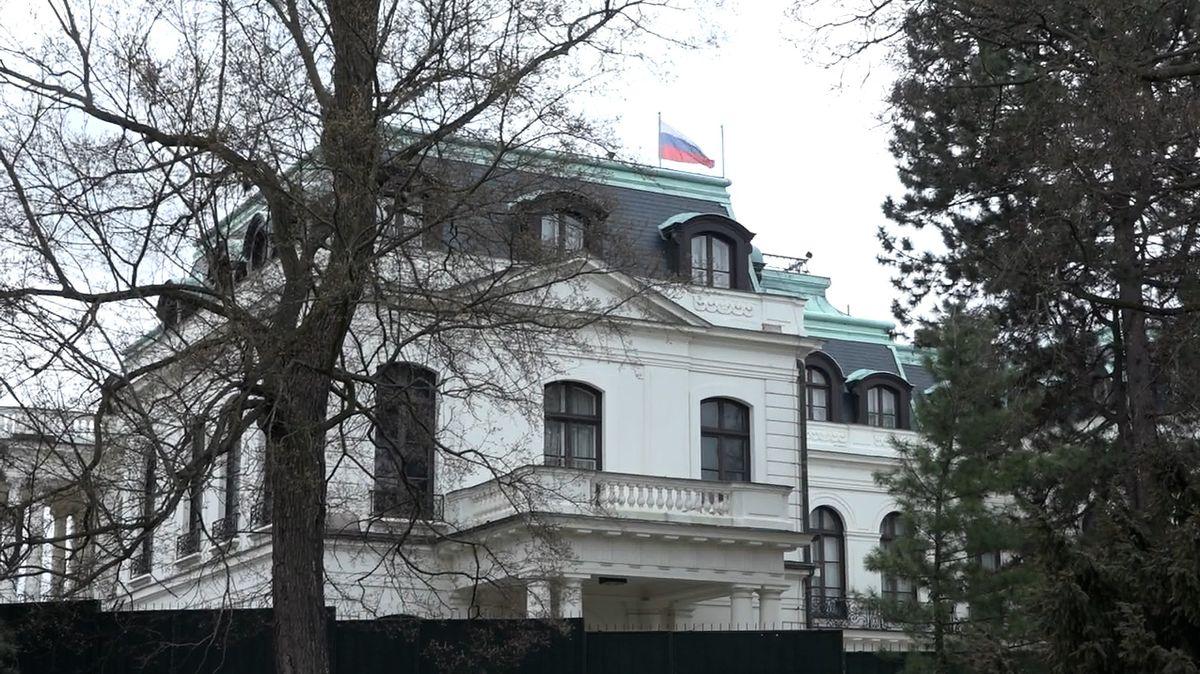 Naše děti jsou rukojmími vašeho chování, útočí na Česko ruské velvyslanectví