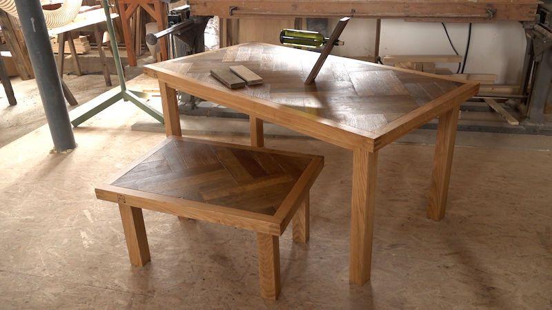 Designové stoly z historických parket. Dvojice Čechů vyrábí nábytek s příběhem