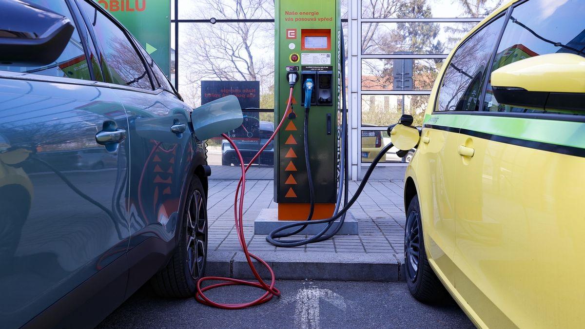 Třetina aut státní správy má být elektrická