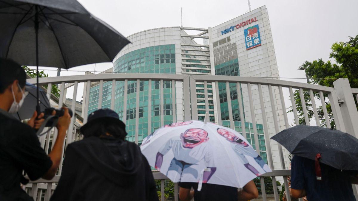 Hongkongský prodemokratický deník Apple Daily končí, jeho komentátor byl zadržen