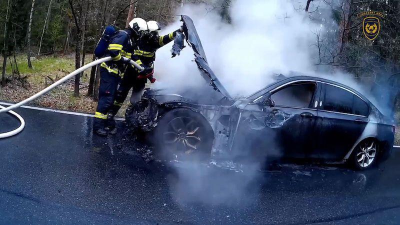 BMW se za jízdy změnilo v ohnivou kouli, hasiči zveřejnili video ze zásahu