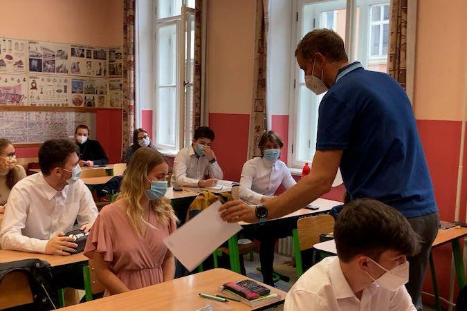BEZ KOMENTÁŘE: Studenti českobudějovického gymnázia se vrátili do školy