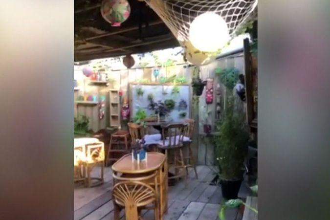 BEZ KOMENTÁŘE: Brit si vybudoval na zahradě bar v havajském stylu
