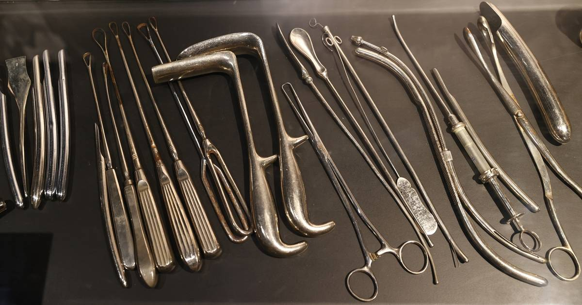 K vidění jsou historické nástroje pro provádění potratů.