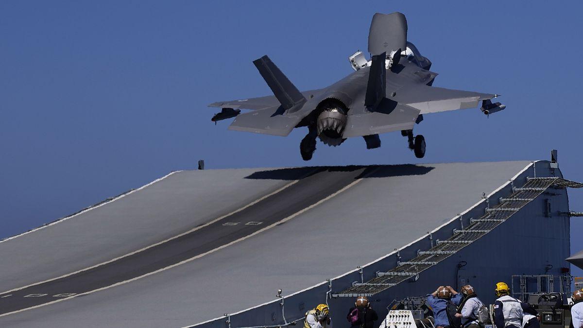 Američtí piloti startovali poprvé od druhé světové války z britské lodě