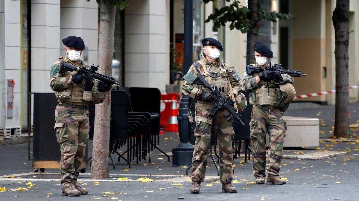 Zatočte s islamisty, nebo zjednáme pořádek. Macronovi už hrozí i vojáci ve zbrani