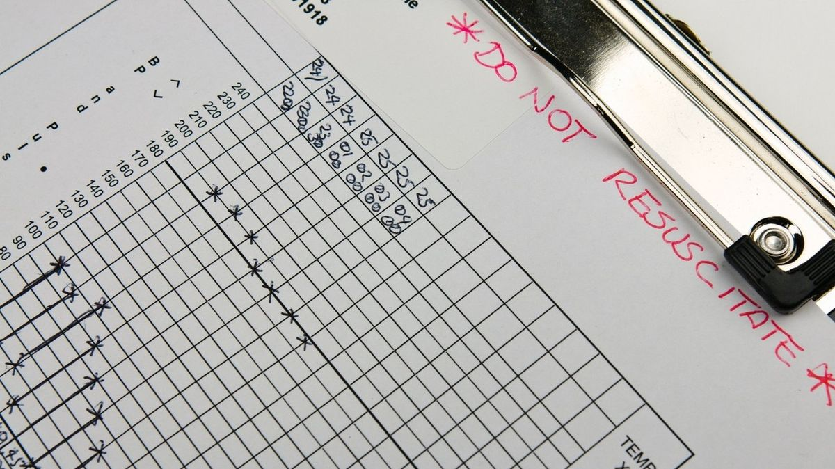 Neresuscitovat! Třetinu covidových pacientů britské nemocnice rovnou odepsaly