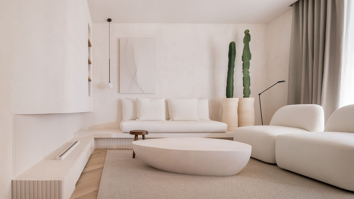Interiér zařízený striktně v bílé barvě nechává hosta, aby objevoval jeho taje
