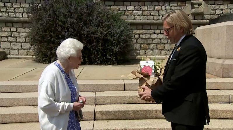 Královna Alžběta uctila nedožité narozeniny prince Philipa růží
