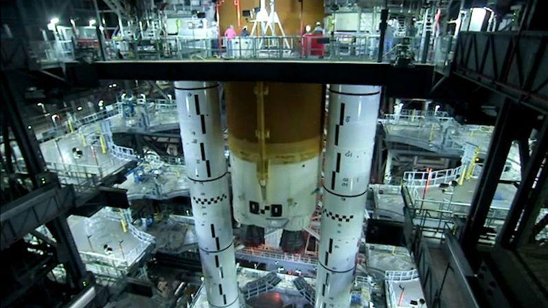NASA dokončuje sestavování rakety, která poletí na Měsíc