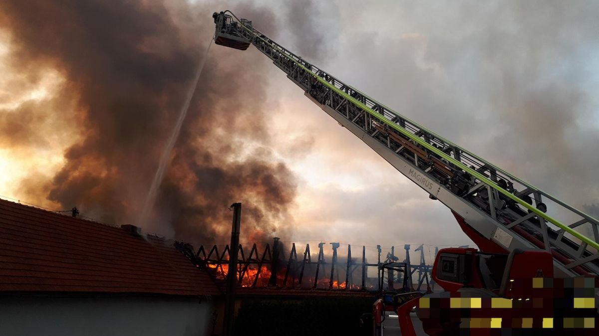 Hasiči likvidovali celou noc požár haly, škoda je 20 milionů