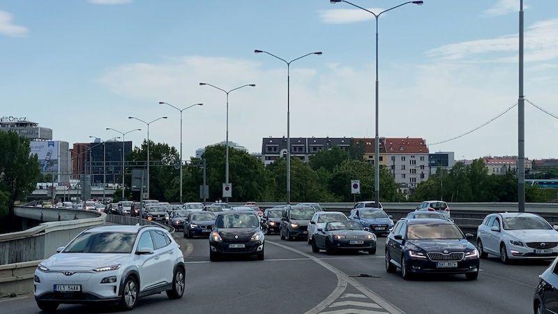 Praha vytvářením kolon v Holešovičkách opět testuje výjezd z Blanky i trpělivost řidičů