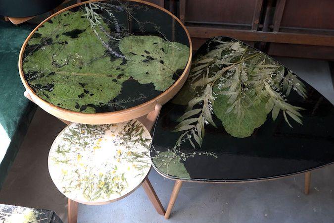 Starý nábytek oživuje výtvarnice skladbou rostlin, pryskyřice a skla