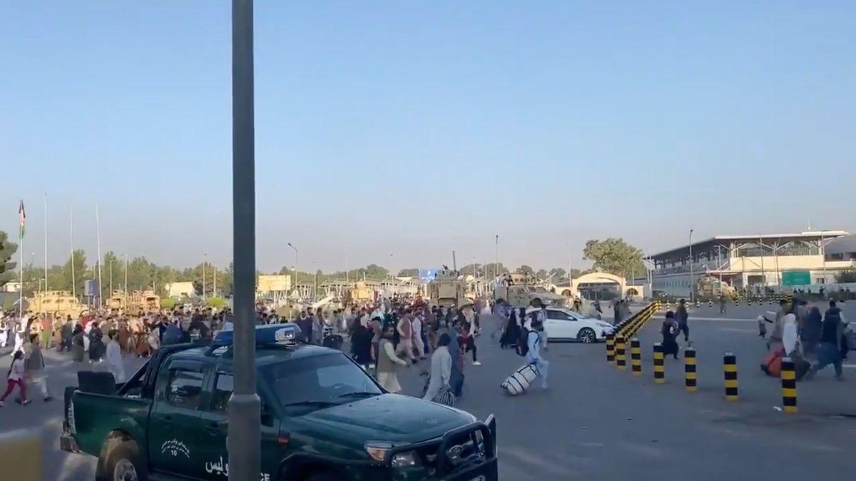 Američtí vojáci zůstanou v Kábulu, dokud neodjedou všichni Američané