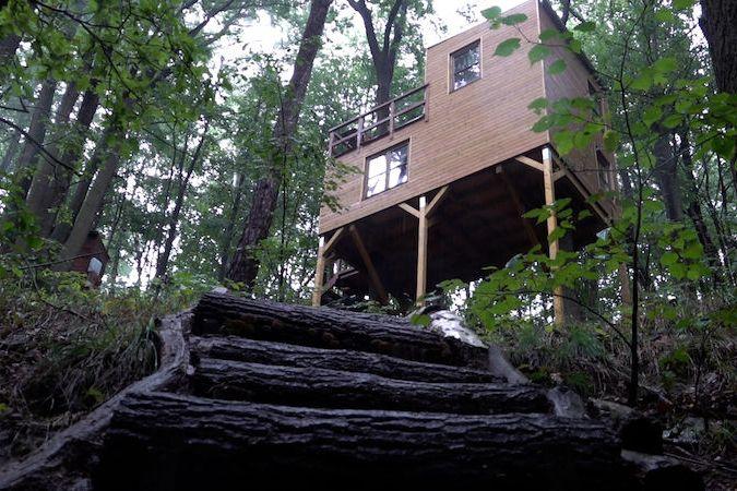 Muž si během pandemie sám postavil dům na stromě