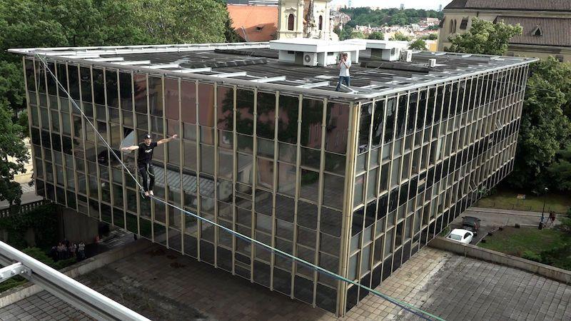 Letní sezonu Centra architektury v Praze odstartovali akrobaté nad střechami metropole