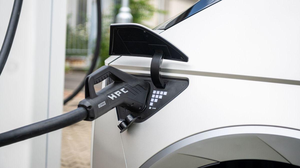 Třetina Čechů plánuje pořízení hybridu nebo elektromobilu, říká průzkum