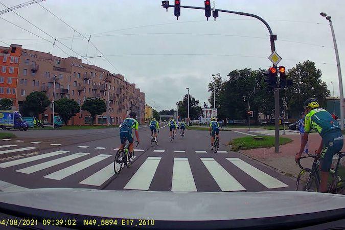 Profesionální cyklisté ignorují červenou na semaforu