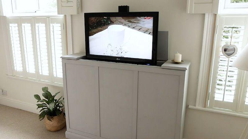 Toužíte po skříňce, ze které bude automaticky vyjíždět televize? Vyrobte si ji