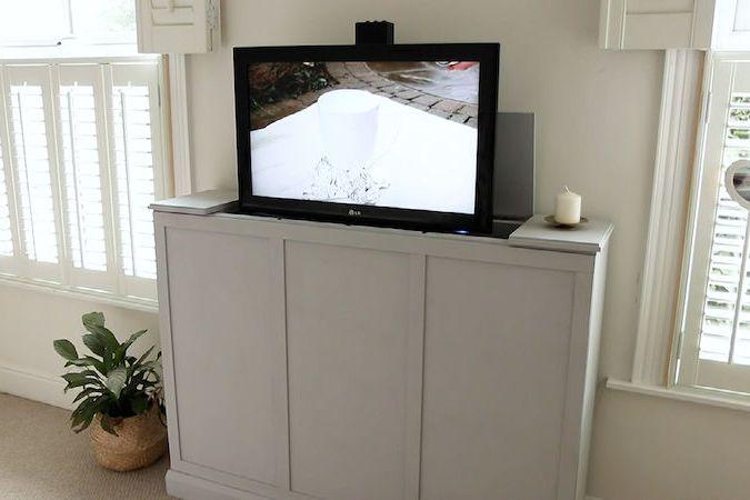 BEZ KOMENTÁŘE: Jak si vyrobit skříňku na vysouvací televizi?