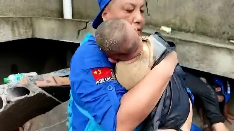 V Číně zachránili z trosek holčičku, její matka zemřela