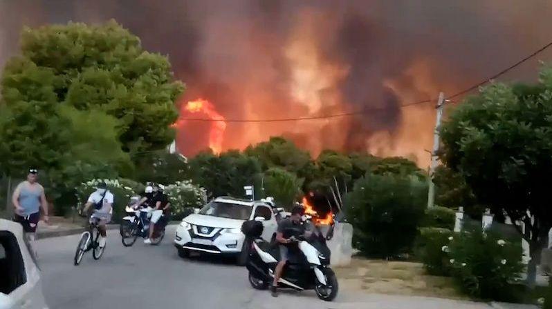 Atény dusí kouř z obřího požáru. Nevycházejte, vyzvaly obyvatele úřady