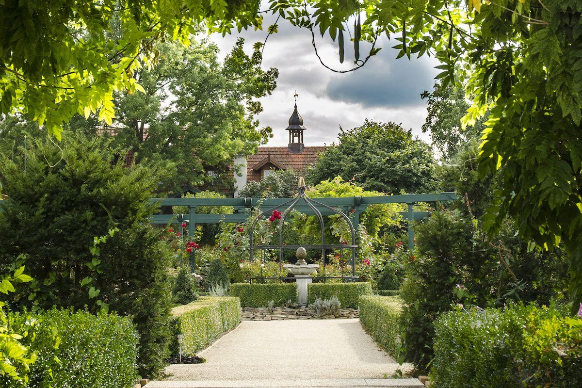 Zahradní dvůr Listen ve Strakách na Nymbursku je úchvatnou kompilací rostlin, architektury a fantazie.