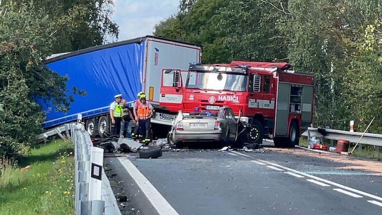 Řidič na Plzeňsku narazil v protisměru do kamionu, na místě zemřel