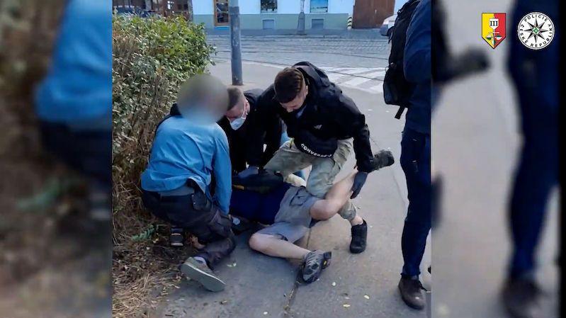 Senior v Praze kradl peněženky i matkám z kočárků. Odhalily ho kamery