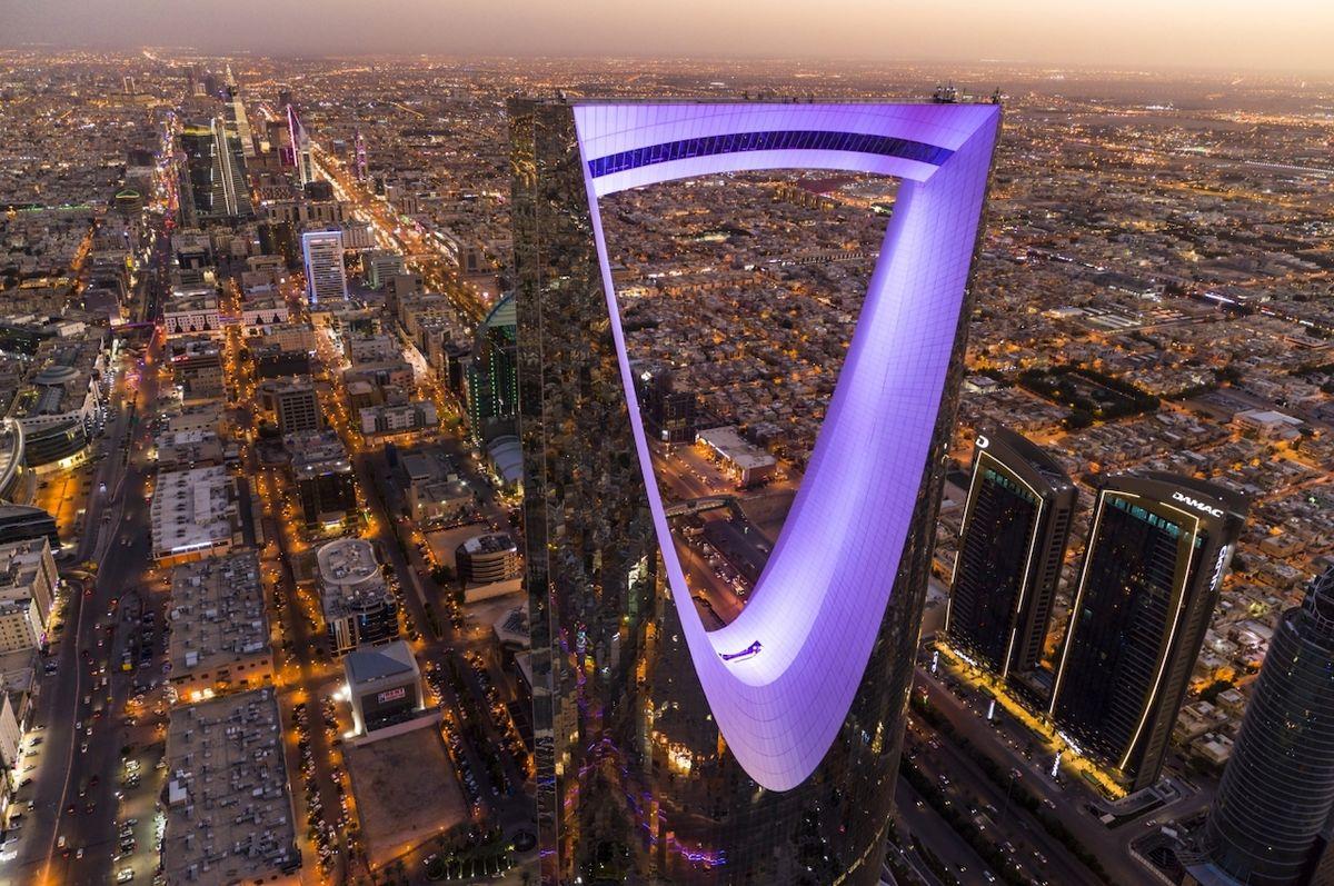 Střed království (Saudská Arábie) - Finalista kategorie Město. Mrakodrap Kingdom Centre byl postaven v roce 2002 v Rijádu a stal se nejvyšším mrakodrapem Saudské Arábie. Nyní je až pátý v pořadí.
