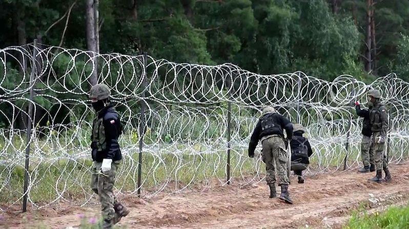 BEZ KOMENTÁŘE: Polsko staví plot z ostnatého drátu na hranicích s Běloruskem