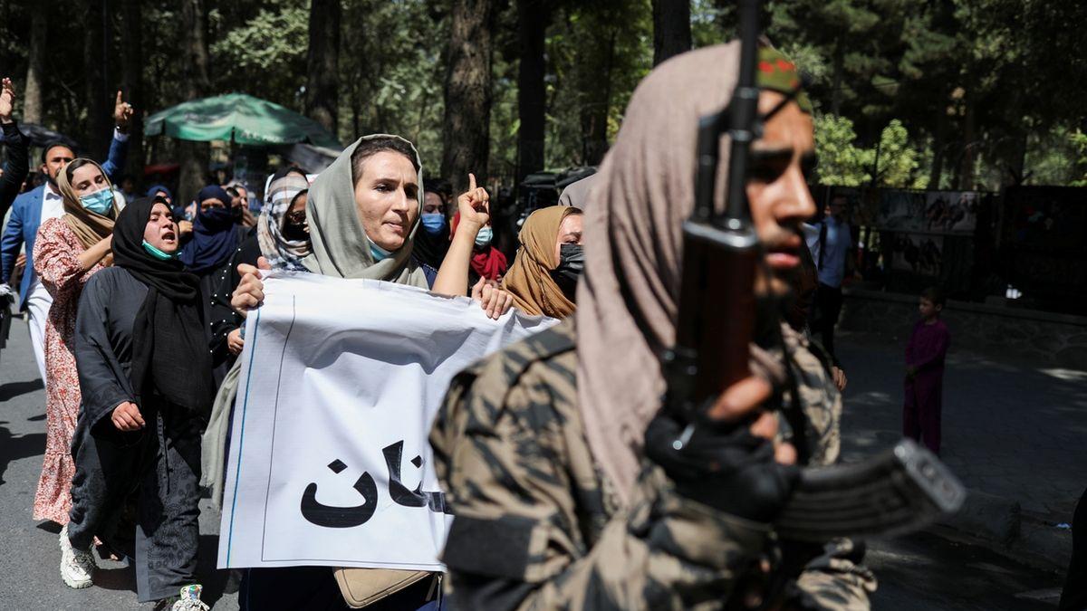Tálibán rozehnal střelbou do vzduchu demonstraci v Kábulu