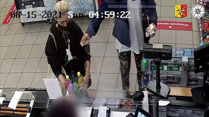S kradenými kartami objížděli na elektrokoloběžkách obchody v Praze. Zachytila je kamera