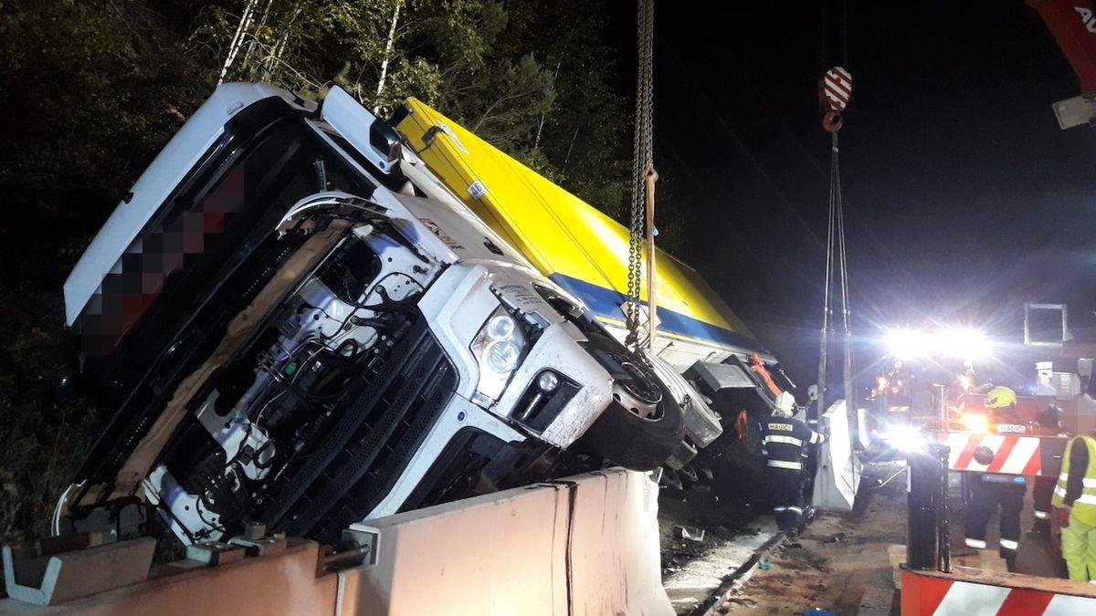 Řidiče na D1 zradil nízký cukr, s kamionem skončil na boku za svodidly