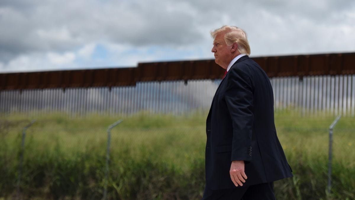 Trumpova hraniční zeď je děravá