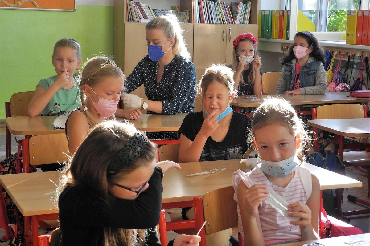 Druháčci ze ZŠ Březinova v Ostravě si včera vyzkoušeli zbrusu nové antigenní testy. S pomocí asistentky i třídní učitelky vše zvládli.